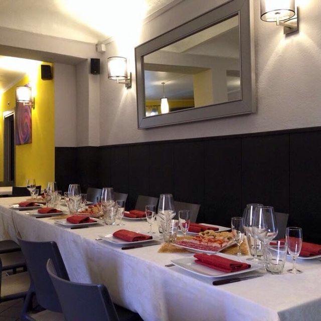 Bicchieri e piatti serviti per la cena in ristorante