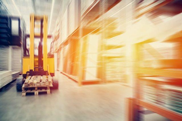 carrello elevatore in un magazzino