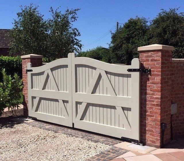 White double gates with diamond details
