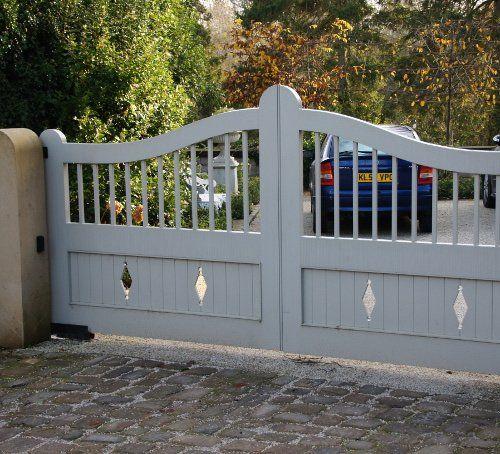White double gates with diamond details