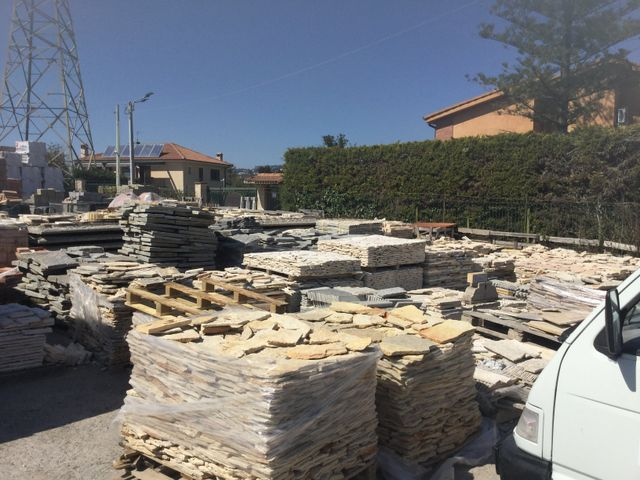 Macchinari al lavoro della costruzione con il cemento a Caltanissetta