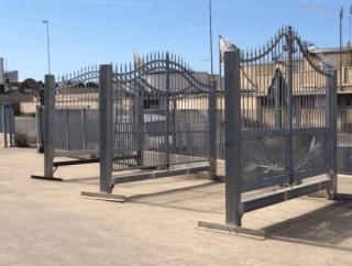 un cancello grigio in ferro battuto