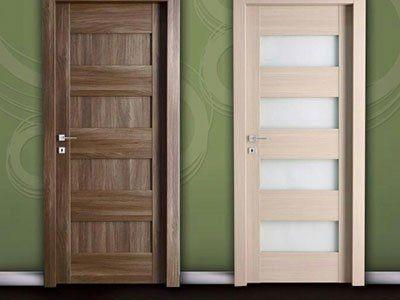 una porta in legno blindata vista da vicino