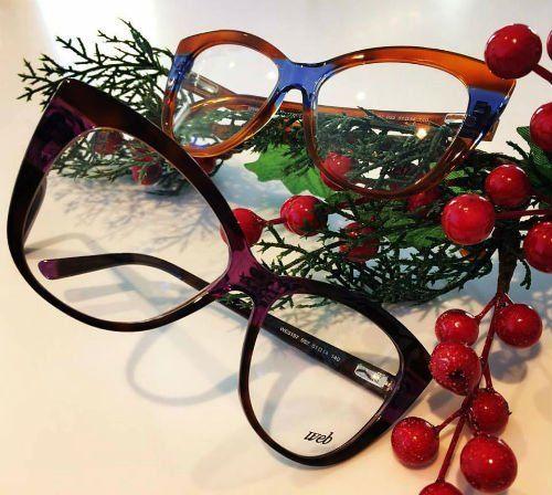 due paia di occhiali da vista di color viola , marrone e blu