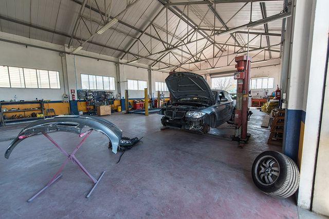 Auto blu lucidato dopo essere riparato