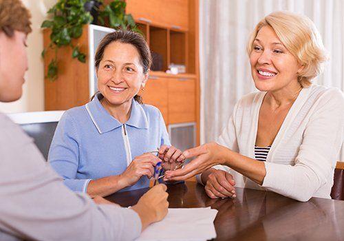 due donne ascoltano una persona durante una consulenza  privata