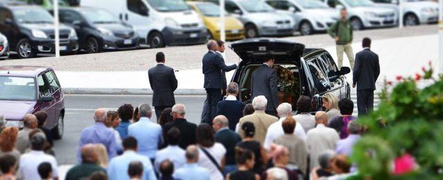 carro funebre con lo staff