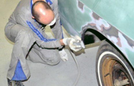 meccanico che monta una ruota
