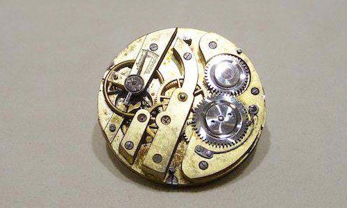 vista della cassa e degli ingranaggi di un orologio da polso