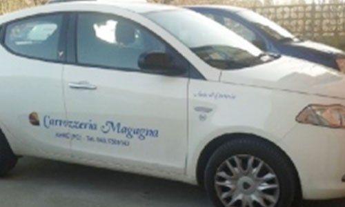 una vettura sostitutiva bianca con scritto Carrozzeria Magagna