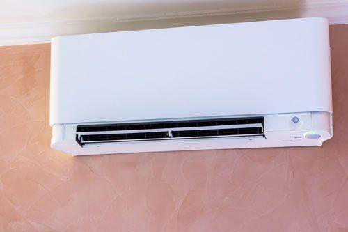 un condizionatore a muro con lo splitter aperto