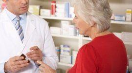 farmacista durante una consulenza a una cliente in merito a un prodotto