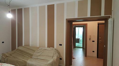 Vista di una stanza dopo la tinteggiatura e decorazione a sezioni