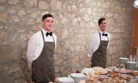 camerieri pronti a servire il buffet