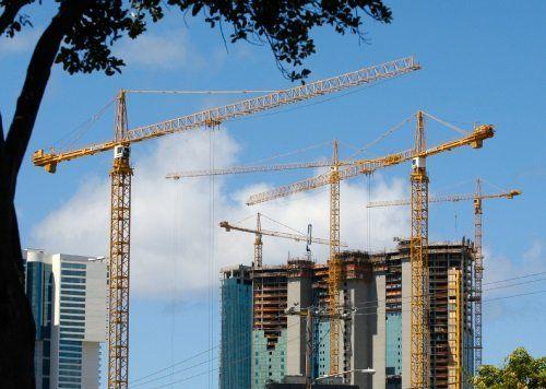delle gru e degli edifici in costruzione