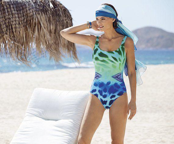 una donna con costume da bagno di color turchese