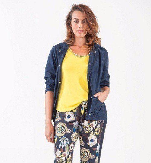 una donna con una maglietta di color  giallo e una camicia di jeans