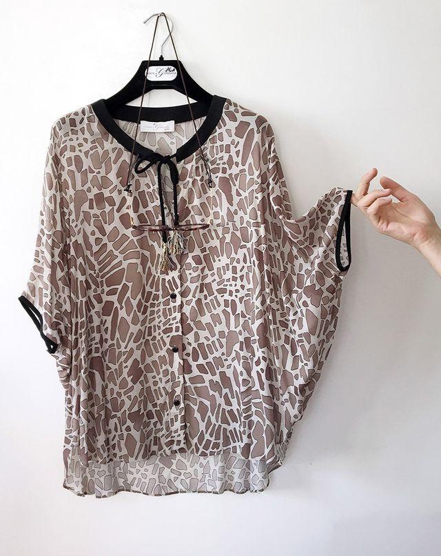 una camicia in pizzo di color bianco