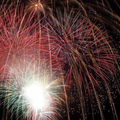 dei fuochi d'artificio colorati