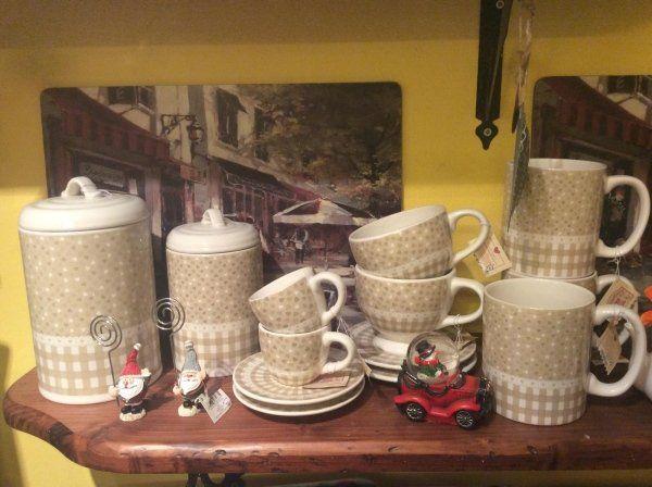 tazze e piatti in Cina argilla con oggetti da casa sul tavolo