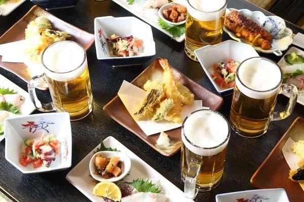 del cibo sul tavolo e dei bicchieri di birra