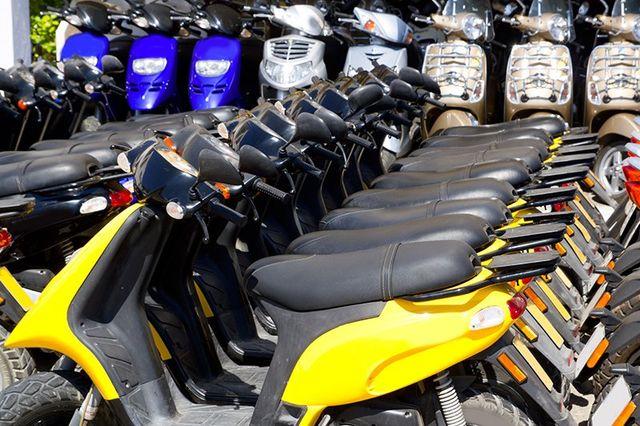 in insieme di scooter parcheggiati di diversi colori