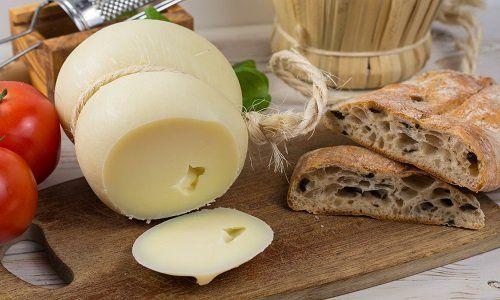 un tagliere di formaggio e delle fette di pane