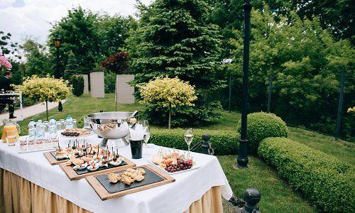 un buffet all'esterno con dei succhi e stuzzichini