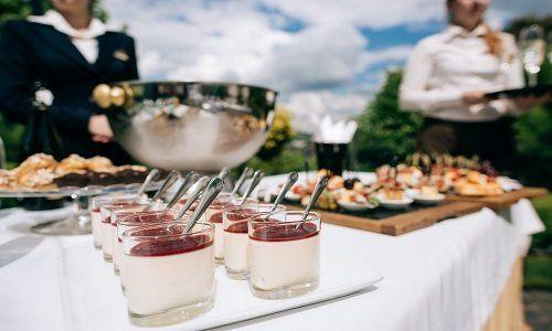 un buffet con delle coppette di dolci