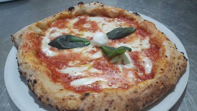 Pizza di mozzarella e pomodoro