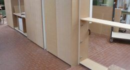 vista interna di falegnameria con scaffale in legno