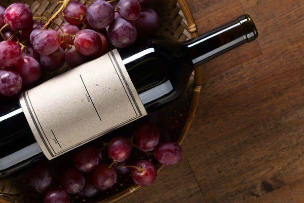 Uve nere e bottiglia di vino rosso