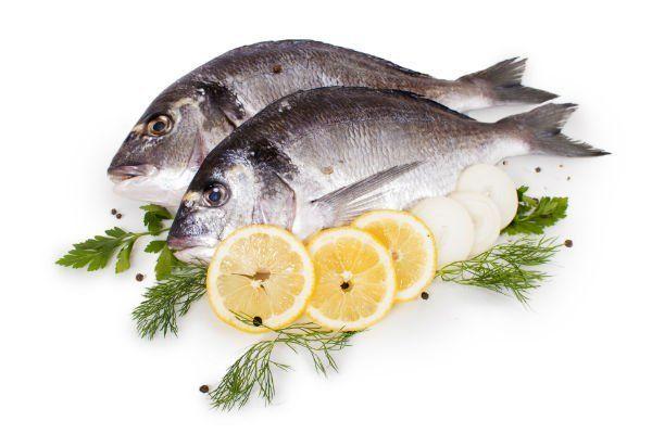 Pesci, spezie, cipolla e limone