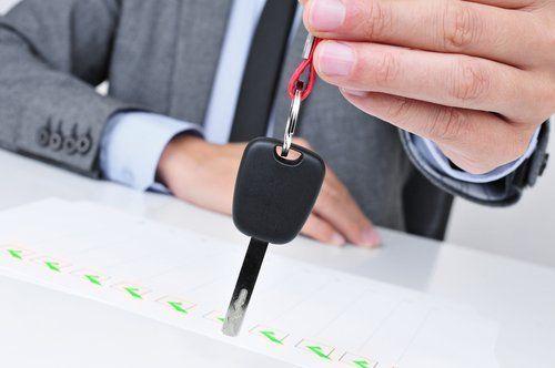 mano che mostra una chiave
