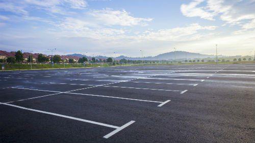 un parcheggio appena asfaltato