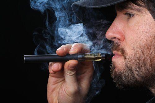 ragazzo fuma una sigaretta elettronica