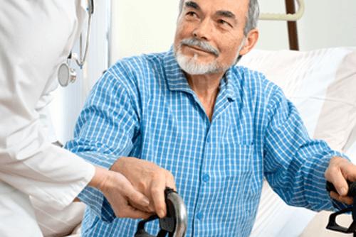 assistenza a un anziano con il deambulatore