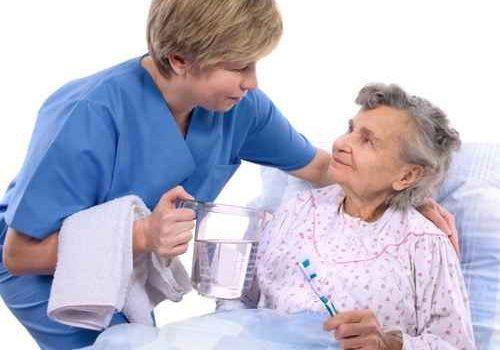 giovane fisioterapista piuttosto sorridente che esercitano con un ragazzo