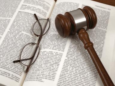 stretta di mano tra un giudice e una persona vestita in abiti formali