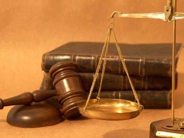 bilancia della giustizia martello del giudice e libri di giurisprudenza