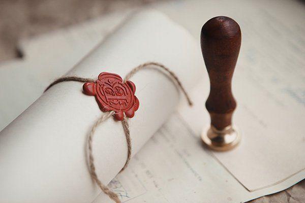 Timbro e documento sigillato con ceralacca