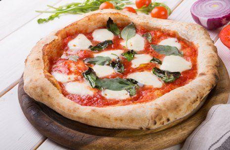 pizza margherita con crosta spessa e croccante