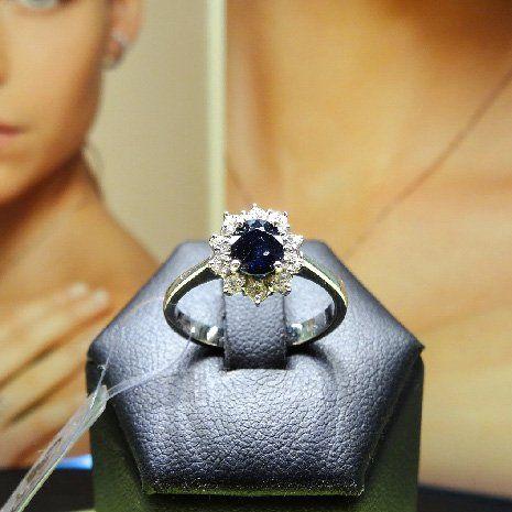 Anello con diamanti e pietra preziosa a Rimini