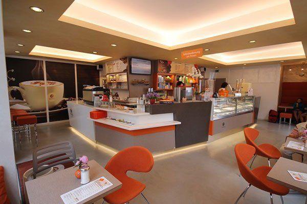 interno di un bar con tavoli e sedie arancioni