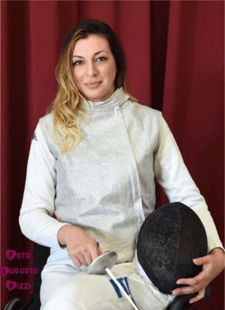 una donna sorridente con articoli sport