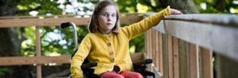 bambina disabile nella sedia a rotelle