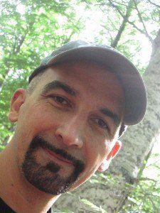 Uomo di mezza età con barba tagliata e berretto