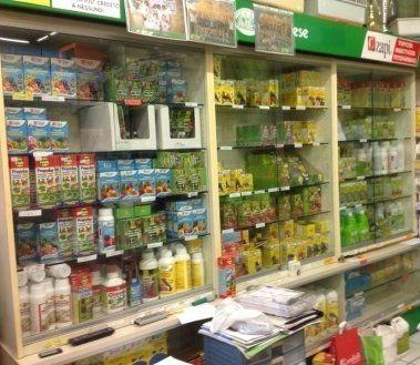 attrezzi da giardino, concimi solidi, articoli per il giardinaggio