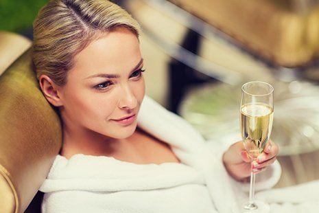 Bella donna bevendo un drink ad Aha nail bar & beauty lounge in Cagliari