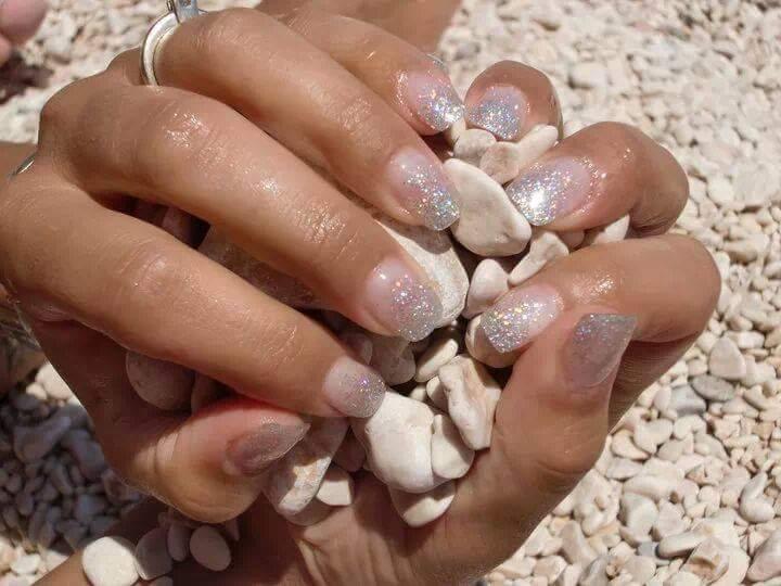Le mani di una donna dopo la manicure a Cagliari